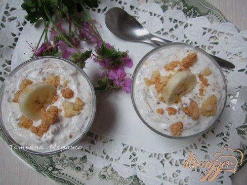 Творожный десерт с ревенем и кусочками банана
