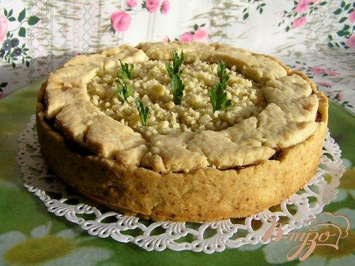 Мясной пирог с рисом, карамелизированным луком и яблоками