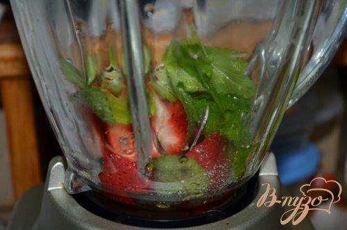 Клубничный салат со шпинатом и сыром Фета.