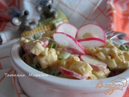 Кукурузный салат с яйцом и редисом