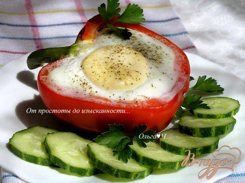 Яичница в перце с кускусом и зеленым горошком