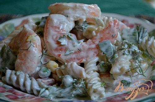 Салат с пастой и креветками