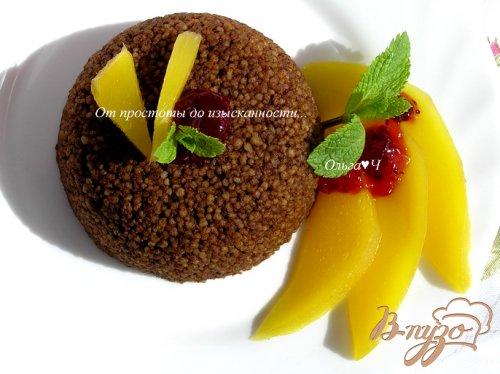 Шоколадный кускус с теплым манго и мятой.