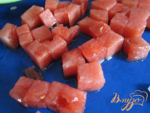 Салат с сыром, кусочками арбуза и ветчиной