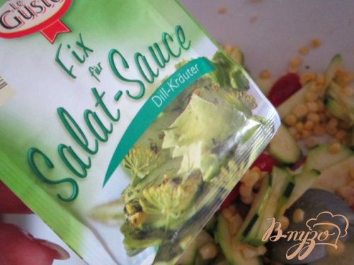 Салат из свежего цукини, кукурузы и сухариками из черного хлеба