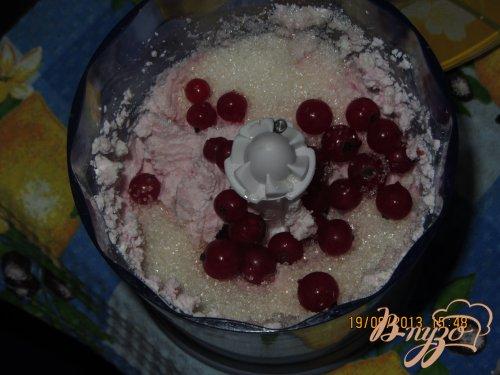 Творожный десерт с красной смородиной
