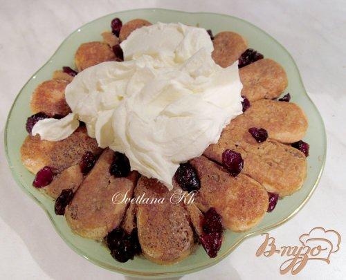 Десерт с халвой , клюквой и сливками