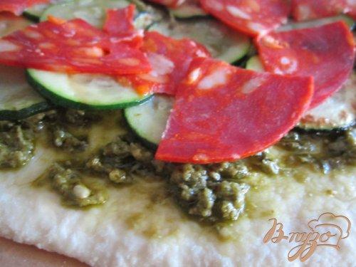 Пицца с  зеленым песто, цукини, чоризо и сыром