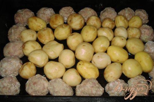 Картофель, запеченый с котлетой в сметанном соусе