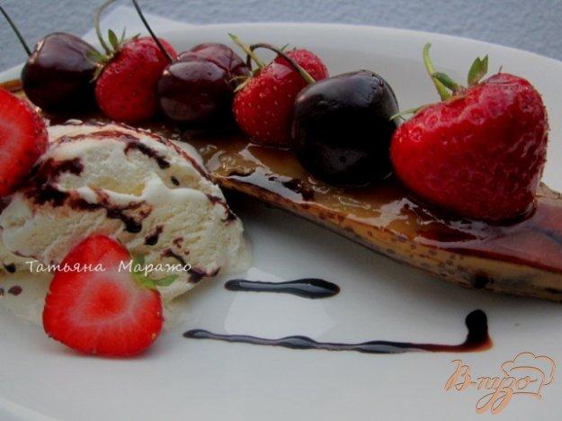 Рецепт Карамелизированные банановые лодочки с ягодами