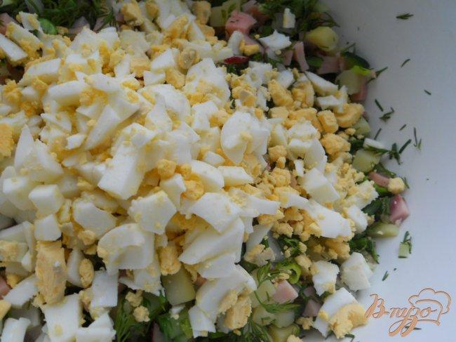 Фото приготовление рецепта: Окрошка с зеленым горошком и ветчиной на йогурте шаг №3