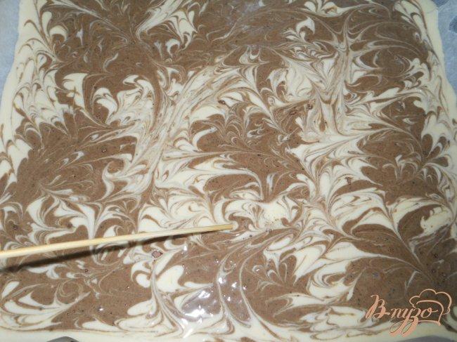 Фото приготовление рецепта: Пирожное бисквитное с кофейным кремом «Мраморное» шаг №4