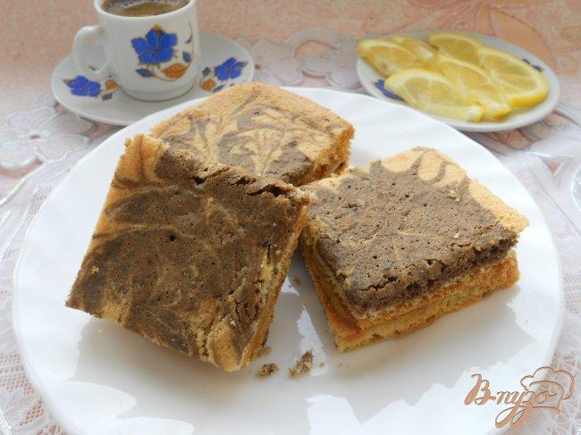 Фото приготовление рецепта: Пирожное бисквитное с кофейным кремом «Мраморное» шаг №6