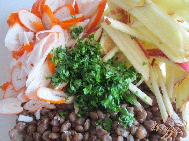 Фото приготовление рецепта: Салат из желтой  чечевицы, яблока и крабовых палочек шаг №4