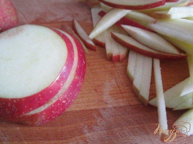 Фото приготовление рецепта: Салат из желтой  чечевицы, яблока и крабовых палочек шаг №2