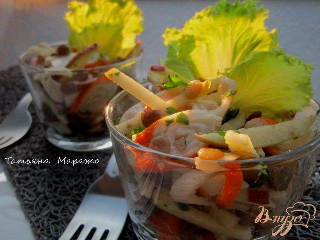 Фото приготовление рецепта: Салат из желтой  чечевицы, яблока и крабовых палочек шаг №5