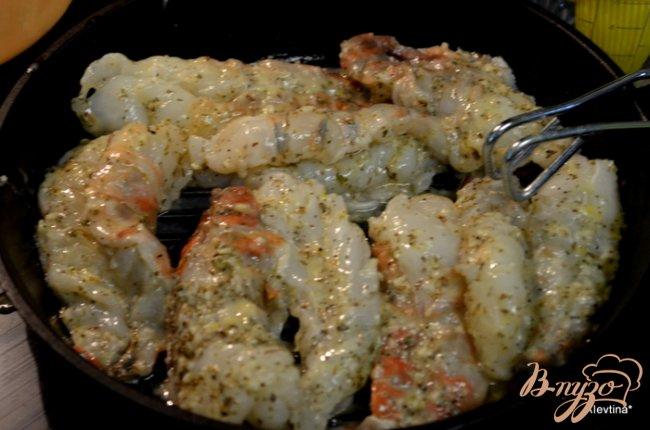 Фото приготовление рецепта: Большие креветки с лимоном и орегано шаг №3