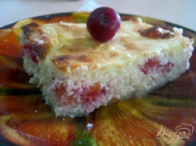 Фото приготовление рецепта: Пышная творожно-вишневая  запеканка шаг №5