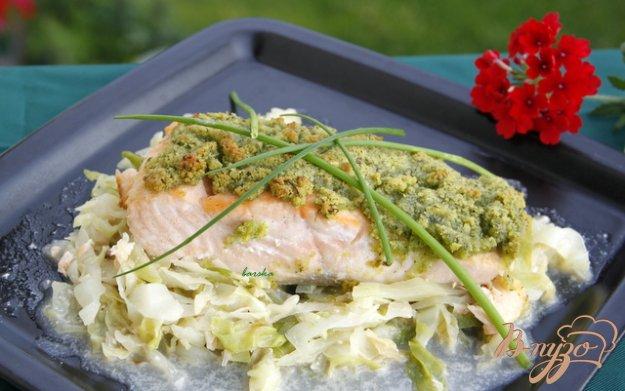 Рецепт Лосось под зелёной корочкой с гарниром из пикантной капусты