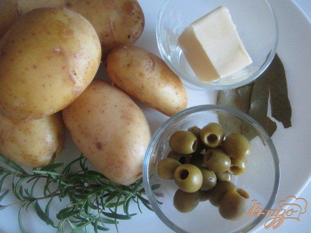 Фото приготовление рецепта: Давленый картофель с оливками шаг №1