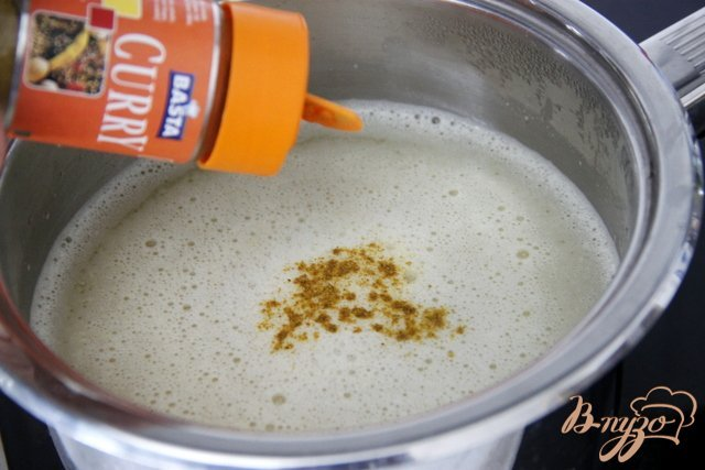 Фото приготовление рецепта: Куриный суп с яблоками и карри шаг №5