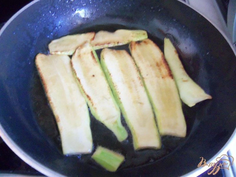 Фото приготовление рецепта: Запеканка из кабачков с фаршем под сливочным соусом шаг №2