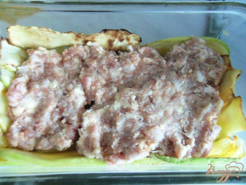 Фото приготовление рецепта: Запеканка из кабачков с фаршем под сливочным соусом шаг №6