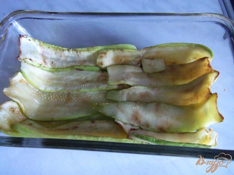 Фото приготовление рецепта: Запеканка из кабачков с фаршем под сливочным соусом шаг №4