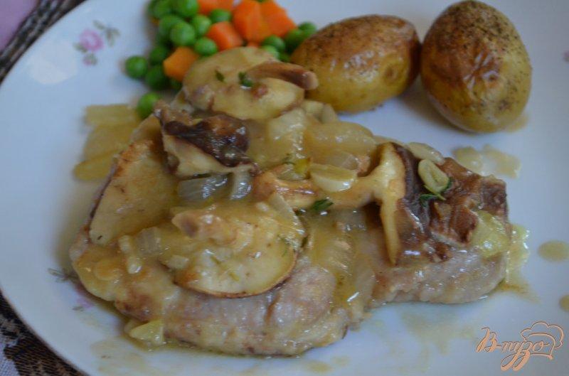 Фото приготовление рецепта: Свиные котлеты с вином Марсала и грибами шаг №5