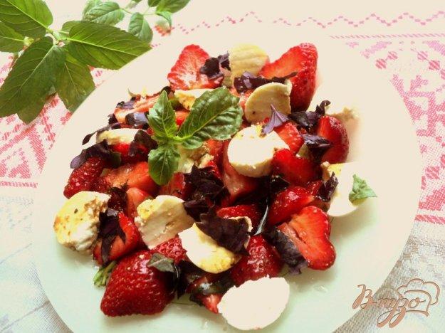 фото рецепта: Салат с клубникой и адыгейским сыром