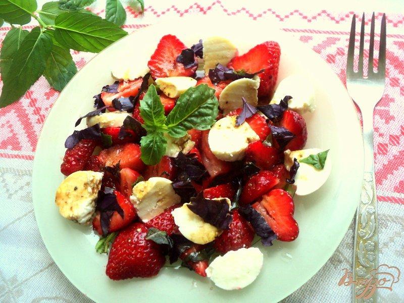 Фото приготовление рецепта: Салат с клубникой и адыгейским сыром шаг №4