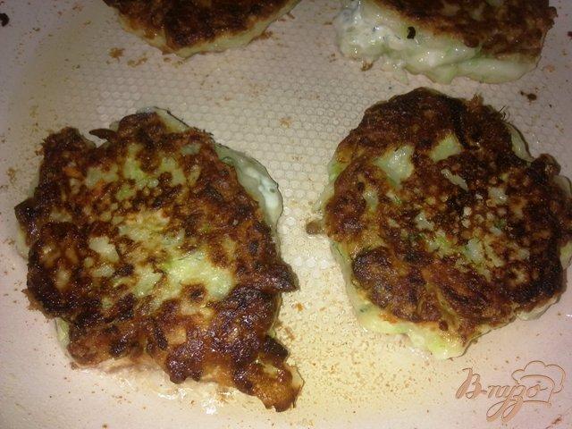 Фото приготовление рецепта: Кабачковые оладьи с сыром и укропом шаг №7