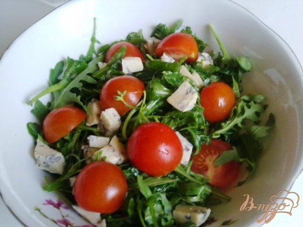 фото рецепта: Салат  с рукколой, голубым сыром и помидорами чер