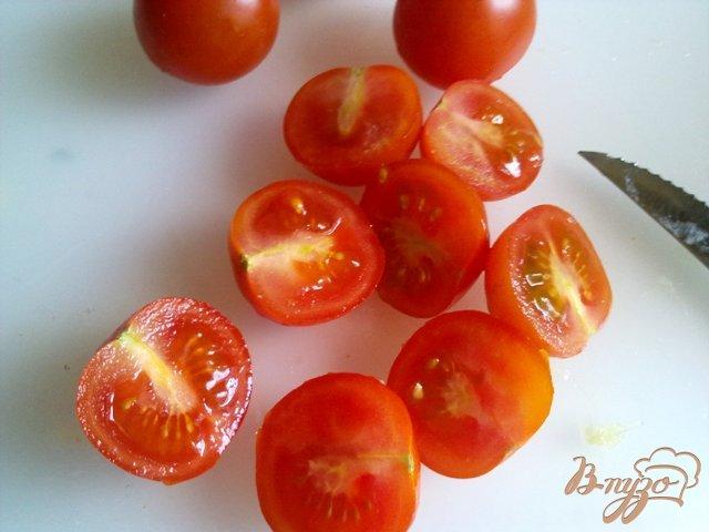 Фото приготовление рецепта: Салат  с рукколой, голубым сыром и помидорами чер шаг №5