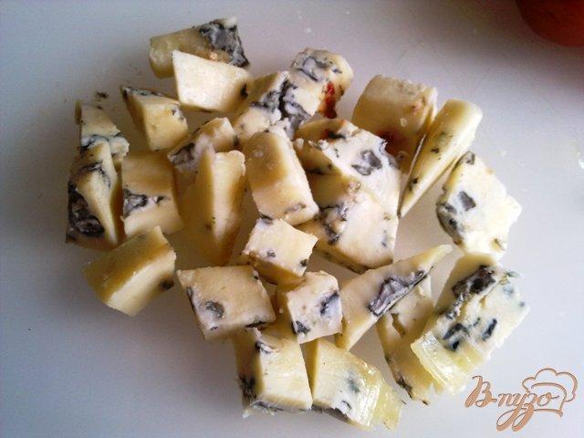 Фото приготовление рецепта: Салат  с рукколой, голубым сыром и помидорами чер шаг №4