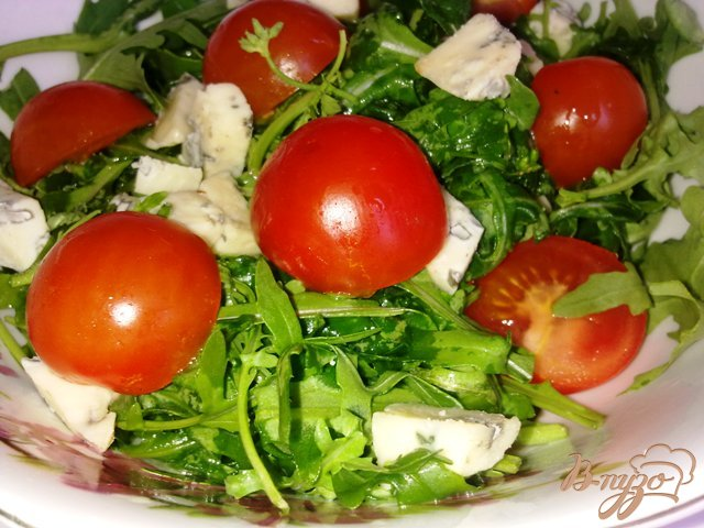 Фото приготовление рецепта: Салат  с рукколой, голубым сыром и помидорами чер шаг №7