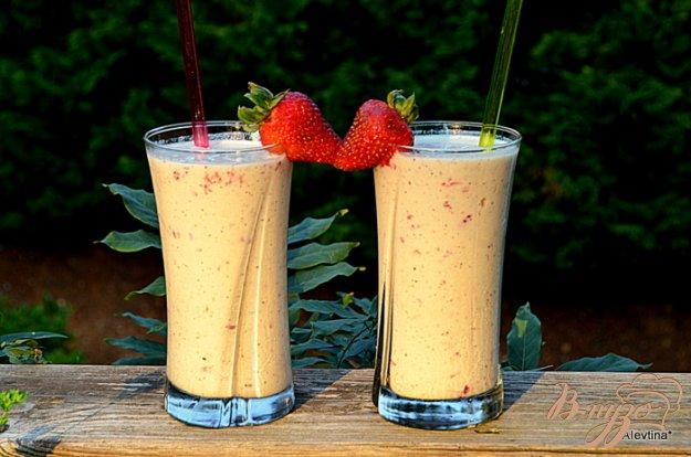 фото рецепта: Молочный коктейль с киви и клубникой