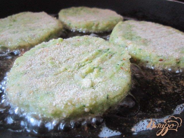 Фото приготовление рецепта: Картофельные биточки с брокколи шаг №6