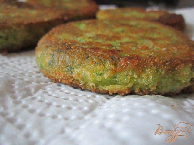 Фото приготовление рецепта: Картофельные биточки с брокколи шаг №7