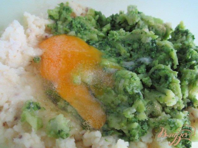 Фото приготовление рецепта: Картофельные биточки с брокколи шаг №3