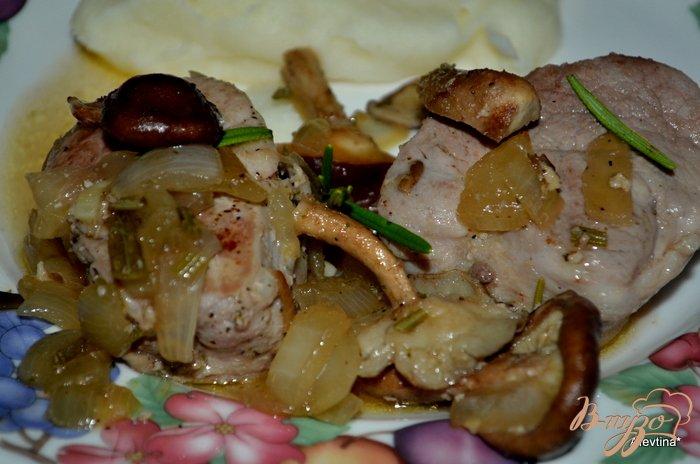 Фото приготовление рецепта: Свиные медальоны с розмарином и грибами шаг №4