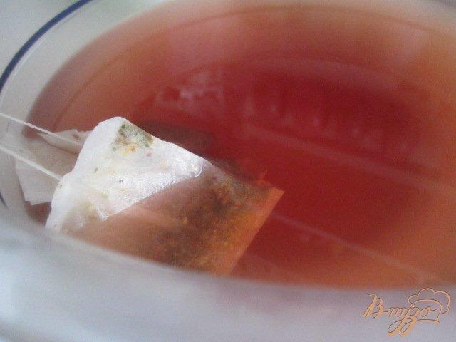 Фото приготовление рецепта: Чайная настойка с грушей и персиками шаг №3