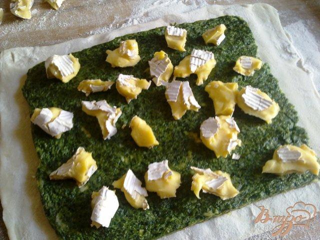 Фото приготовление рецепта: Пирог со шпинатом и сыром камамбер шаг №9