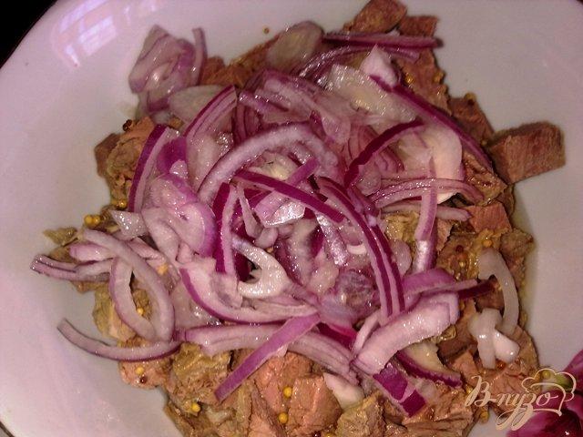 Фото приготовление рецепта: Салат с говядиной и оливками шаг №5