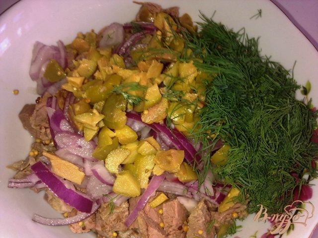 Фото приготовление рецепта: Салат с говядиной и оливками шаг №9
