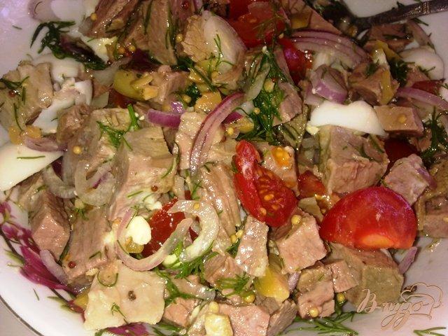 Фото приготовление рецепта: Салат с говядиной и оливками шаг №12