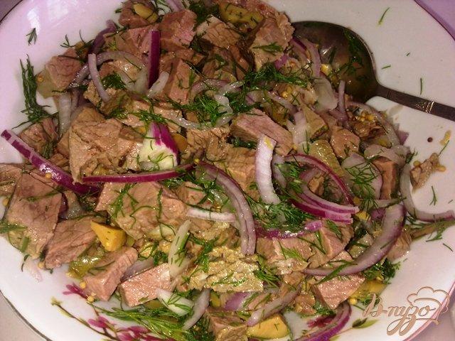 Фото приготовление рецепта: Салат с говядиной и оливками шаг №10