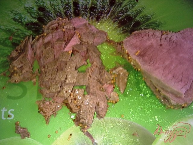 Фото приготовление рецепта: Салат с говядиной и оливками шаг №4