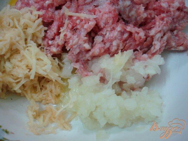 Фото приготовление рецепта: Зразы с перепелиными яйцами шаг №4