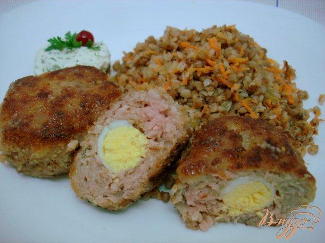 Фото приготовление рецепта: Зразы с перепелиными яйцами шаг №8